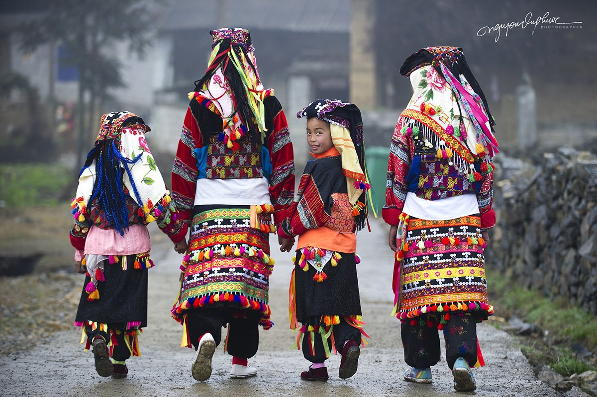 Traditionally dressed Lo Lo ladies and girls in Vietnam