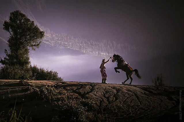Tengger-horseman-with-horse-on-volcao-slope-during-Bali-photo-tour